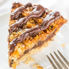 Samoas Cookie Pie - Move over Girl Scout Cookies! The flavor in this easy, giant cookie is 100% spot-on! Hello year-round cookie season!