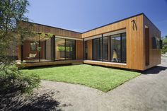 Prefab homes kits that sustainable and affordable. Find modern prefab / prefabricated modular homes plans / designs / ideas eco-friendly here. Modular Home Designs, Modern Modular Homes, Prefab Modular Homes, Modular Home Plans, Prefabricated Houses, Modern Houses, Prefab Home Kits, Duplex House Plans, Sustainable Architecture