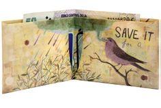 Cada billetera viene presentada en su respectivo packaging. Las billeteras están producidas con Tyvek© que es 150 veces más resistente que el papel normal, lo que permite que la billetera soporte las condiciones más extremas de uso, son impermeables. Es un material inerte, no tóxico, 100% reciclable. Intervenidas por artistas.
