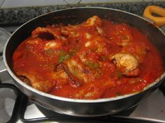 Conejo frito con tomate y pimientos