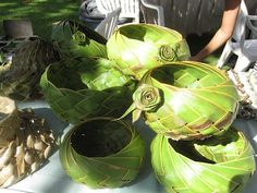 Lovely idea for palm leaves Flax Weaving, Basket Weaving, Woven Baskets, Jardin Decor, Coconut Leaves, Traditional Baskets, Deco Nature, Wedding Plates, Leaf Crafts