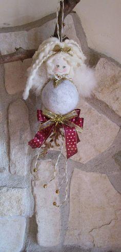 """Pallina natalizia rivestita in feltro grigio con testina in fommy mod. """"Angelique"""", by La casa dei gufetti, 15,00 € su misshobby.com"""