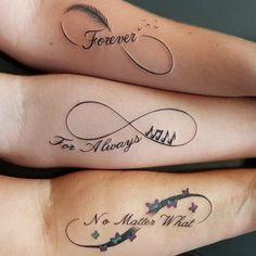 tatuajes parecidos para hermanas en el antebrazo, tatuaje grande con frase y símbolo de infinito, decoración con pluma, notas y mariposas