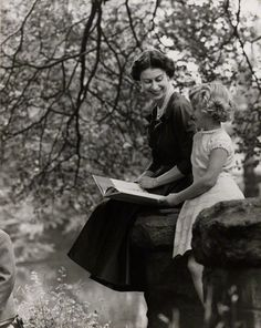 QE2 reads to Princess Anne. theniftyfifties:  Queen Elizabeth II and Princess Anne photographed by Lord Snowdon, 10 October 1957, repinned by www.jane-davis.co.uk