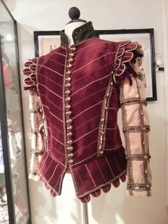Might copy the ruffled sleeves on the doublet. Source: Elizabethan men's doublet, red and gold velvet, slashed sleeves, silk brocade lining and 84 buttons! Made by Angela Mombers. Mode Renaissance, Renaissance Costume, Medieval Costume, Renaissance Fashion, Renaissance Clothing, Edwardian Clothing, Victorian Dresses, Elizabethan Costume, Elizabethan Fashion