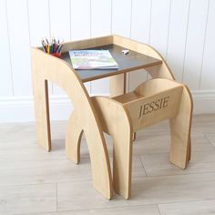 Little tots will have countless hours of fun sitting at our wooden chalkboard desk with matching chair. A perfect size for youngsters who love to get creative with a stick of chalk, this is a contemporary gift that will look gorgeous in any home. Diy Furniture Table, Furniture Logo, Recycled Furniture, Baby Furniture, Plywood Furniture, Furniture Design, Children Furniture, Furniture Movers, Furniture Online