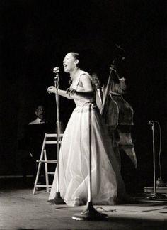 Billie Holiday – fotografada por John Vachon em 1954, no palco do Newport Jazz Festival, acompanhada por Teddy Wilson ao piano e Milt Hinton no contrabaixo. Veja mais em: http://semioticas1.blogspot.com.br/2012/08/biografia-de-uma-cancao.html