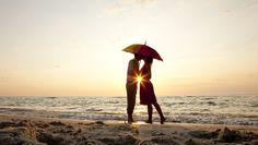Люди Влюбленные пары Побережье Море Зонт Пляж Лучи света