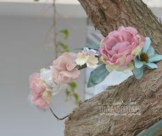 Corona de flores de organza y tela, tonos rosas, beige y azul turquesa
