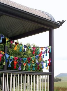 crochet bunting for a porch party! I can't crochet, but I could probably beg… Crochet Home, Love Crochet, Crochet Crafts, Crochet Projects, Knit Crochet, Crochet Bunting, Crochet Garland, Crochet Decoration, Bunting Pattern