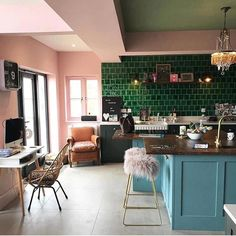 Colourful, bright open plan kitchen with green tiles, blue cabinets and pink walls. Pic tatjana dorenberg Colourful, bright open plan kitchen with green tiles, blue cabinets and pink walls. Open Plan Kitchen, New Kitchen, Kitchen Decor, Kitchen Counters, Awesome Kitchen, Kitchen Tiles, Dark Green Kitchen, Pink Kitchen Walls, Eclectic Kitchen