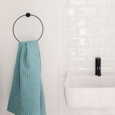 Porte-serviette rond en métal noir Ferm Living