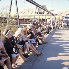 Visiteurs d'Expo 67 assis sous le minirail