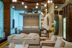 Ainda no ambiente de Mário Santos, uma escada lateral dá acesso ao escritório criado sobre a cama
