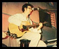 Gustavo Cerati tocando en el jardín de infantes de su hijo Benito.  Buenos Aires, 05 de Diciembre de 1997.