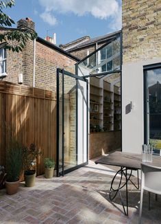 Image 20 of 37 from gallery of Gallery House / Neil Dusheiko Architects. Photograph by Tim Crocker Image 20 of 37 from gallery of Gallery House / Neil Dusheiko Architects. Photograph by Tim Crocker Terraced House, Victorian Terrace House, Victorian Homes, House Extension Design, House Design, Extension Ideas, Orangerie Extension, Side Return Extension, Mini Clubman