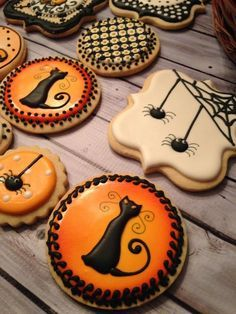 Halloween Spooky critters and cat cookies. Halloween Desserts, Halloween Torte, Dulces Halloween, Halloween Cookies Decorated, Halloween Sugar Cookies, Halloween Appetizers, Halloween Goodies, Halloween Treats, Happy Halloween