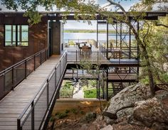 The team at Lake Flato has designed the Blue Lake Retreat, a beautiful lakeside house residing in Marble Falls, Texas with mesmerizing views throughout. Cantilever Architecture, Cabinet D Architecture, Residential Architecture, Architecture Design, Lake Flato, Haus Am See, Modern Lake House, Modern Houses, Marble Falls