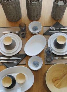 Table dressée: bols en bambou d'Ekobo, vaisselle italienne de CASAgent, set de 3 laternes de Broste.