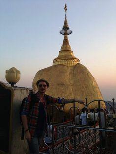 Alessio in viaggio con noi in #Birmania affascinato dalla leggenda secondo cui la #roccia si troverebbe in un precario equilibrio al di sopra di una #ciocca di capelli di #Buddha. La roccia, la #pagoda e tutte le strutture costruite attorno ad essa si trovano sulla cima del monte #Kyaiktiyo, e da molte parti si dice che basti una visita a questo luogo per convertirsi al #Buddhismo.