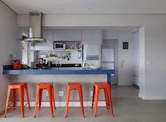 Apê ganha estilo moderno, cozinha espaçosa e móveis coloridos