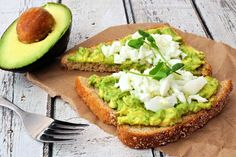 Start your day off right with this healthy and delicious avocado egg toast. A no-fuss breakfast winner. Quick Healthy Breakfast, Healthy Snacks, Breakfast Recipes, Healthy Eating, Healthy Breakfasts, Breakfast Ideas, Guacamole, Under 300 Calories, Keto Recipes