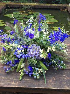 Bloemen Funeral Bouquet, Funeral Flowers, Blue Wedding, Wedding Centerpieces, Floral Arrangements, Presentation, Blue Flowers, Blue Nails, Planting Flowers