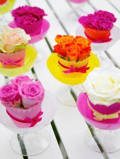 Blomstercupcakes från JellyBean! Rose cupcakes in bowls from JellyBean sweden. #jellybean, http://www.jellybean.se/produkter/skalar-pa-fot/dessertskal-pa-fot.html