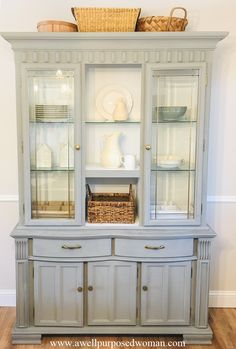 Check out this farmhouse hutch makeover: before and after! This outdated hutch was given a makeover and you will be suprised by the before pic! China Hutch Makeover, China Hutch Decor, Hutch Redo, Cabinet Makeover, Oak China Cabinet, Painted China Cabinets, Painted Hutch, Chalk Paint Hutch, Hutch Cabinet