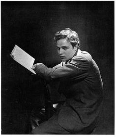 marlon brando lisant, photographiée par cecil beaton 1946