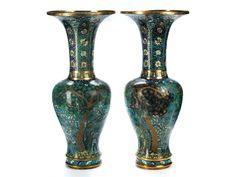 Paar Cloisonné-Vasen Höhe: 45 cm. Hohe Balusterform mit weit ausschwingendem Hals, Zellschmelzdekor über hellblauem Fond. Stellenweise stark besch. (11101436) (13)