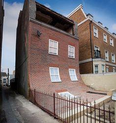🔝 Si fa uns anys ens vam quedar impressionats per aquesta obra de Alex Chinneck, prepara't per veure el seu ultim treball‼ Amb el titol de 'Six pins and half a dozen needles' aquest artista que posa la ciutat cap avall, uneix les disciplines d'art, arquitectura i enginyeria i, amb això, aconsegueix dotar a les ciutats britàniques -en especial a la zona de Londres i els seus voltants- de grans obres arquitectòniques que destaquen per el seu aspecte impossible. Ens agraden molt les seves…