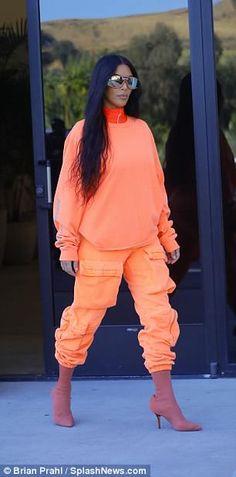 Urgente: Kim Kardashian está vestindo as roupas mais bizarras, confira! - Fashionismo, Urgente: Kim Kardashian está vestindo as roupas mais bizarras, confira! Orange Outfits, Neon Outfits, Cute Outfits, Estilo Kardashian, Kardashian Style, Fashion Killa, 80s Fashion, Fashion Outfits, Fashion Trends