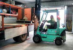 Prácticas de carga de camión lateralmente con carretilla frontal en el ayuntamiento de Vilanova del Camí