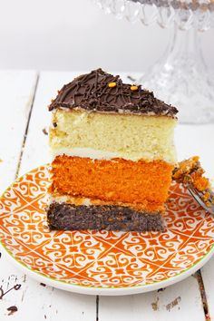 This Pumpkin Spice Latte Cake is a cake that contains fresh pumpkin, pumpkin spice and espresso powder to be the morning 'pick me up' you need Chocolate Almond Bark, Chocolate Desserts, Easy Halloween Food, Halloween Party, Easy Desserts, Dessert Recipes, Canned Frosting, Pumpkin Spice Cake, Different Cakes