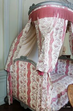 Nohant Maison de George Sand chambre de sa grand-mère Cottage Chic, George Sand, Greige, Berries, Shabby Chic, Blanket, Bed, Manor Houses