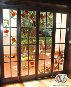 Porta residencial com detalhes em vitral