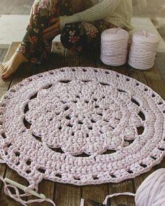 Alfombra de crochet con flor central. Patron en www.susimiu.es