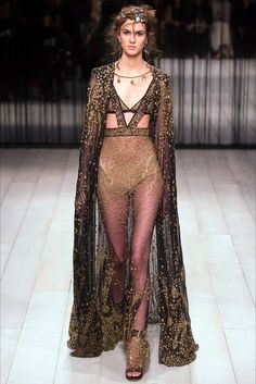 Catwalk photos and all the looks from Alexander McQueen Autumn/Winter Ready-To-Wear London Fashion Week Couture Mode, Style Couture, Couture Fashion, Runway Fashion, High Fashion, Fashion Show, Fashion Design, Space Fashion, Vogue Fashion