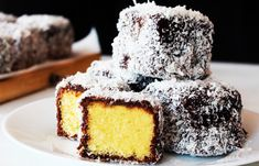 Video Lamingtons cake recipe came up with the idea of bathing cubes of chocolate biscuits and coating them with grated coconut, but the truth is delicious Australian Desserts, Australian Food, Key Lime, Lamingtons Recipe, Cake Recipes, Dessert Recipes, Lemon Curd Recipe, Sbs Food, Meat Loaf Recipe Easy