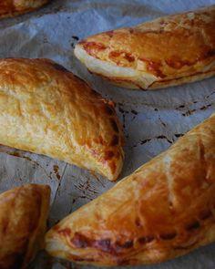 Chaussons aux pommes à la cannelle  Simple mais efficace  La recette sur le blog. • #chaussons #chaussonsauxpommes #pomme #cannelle #gouter #blogbelge #blogueusebelge #belgischeblogger #recettefacile #dessert #recette