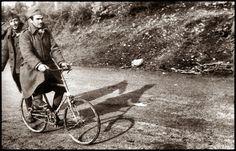 ΦΩΤΟΓΡΑΦΟΙ ΣΤΗΝ ΑΛΒΑΝΙΑ-ΕΛΛΗΝΟΙΤΑΛΙΚΟΣ ΠΟΛΕΜΟΣ-1940-WWII-ΦΩΤΟΓΡΑΦΙΕΣ ΑΠΟ ΤΟ ΑΛΒΑΝΙΚΟ ΜΕΤΩΠΟ-Ο Δημήτρης Τριανταφύλλου στο Δελβινάκι ως ποδηλάτης ή μάλλον παριστάνει τον ποδηλάτη, αφού πρόκειται για ιταλικό λάφυρο, το «καινούργιο παιχνίδι», όπως σημειώνει ο ίδιος στο πίσω της φωτογραφίας, η οποία φέρει και σφραγίδα έγκρισης από τη Στρατιωτική Λογοκρισία. Albania, Civilization, Ww2, Greece, Army, History, Greece Country, Gi Joe, Historia