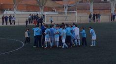 Los chicos del equipo de U. d. La Fuente celebrando el final del partido y su ascenso a Preferente.
