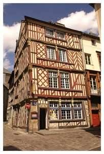Rennes / Rhoazon (French: Rennes) is the capital of the Region of Brittany, in North-Western France. Brittany (French: Bretagne, Breton: Breizh) is a historic region with a bit of a different history than France. Until the 16th century it used to be an independent kingdom.