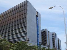 Fachada ventilada con placas de vidrio abotonado en la Ciudad de la Justicia de las Palmas. NRED Arquitectos.