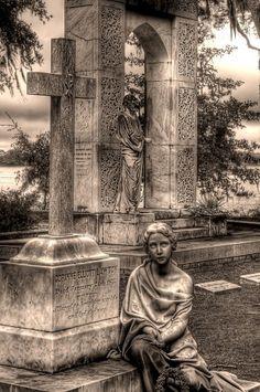 Bonaventure: only statue in the park with scary eyes. Beautiful statue of Jesus in the background Cemetery Monuments, Cemetery Statues, Cemetery Headstones, Old Cemeteries, Cemetery Art, Graveyards, Savannah Chat, Savannah Georgia, Bonaventure Cemetery