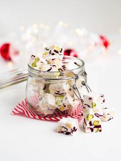 Ihana ranskalainen Joulu-Nougat on vaalea nougat, jossa maistuu hunaja, pistaasi, karpalot ja manteli. Ihana nougat sopii aikuiseen makuun!