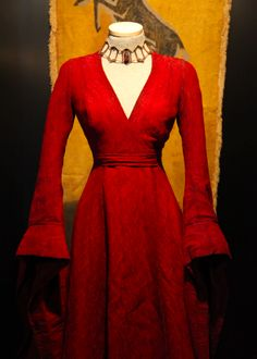 Between all the costumes designed by Michele Clapton we also find the dark dress of Melisandre (Carice van Houten), exclusively featured in ...