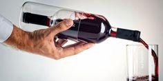 """The Design Business Bottle"", una botella de vino con copas incorporadas"
