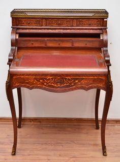 Escrivaninha com alçado, francesa. Séc. XIX medindo 110 cm de altura por 75 cm por 53 cm.